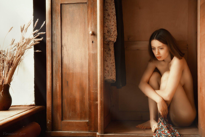 ню, девушка, грудь, обнажённая,окно, винтаж, буфет, Воронцов Игорь