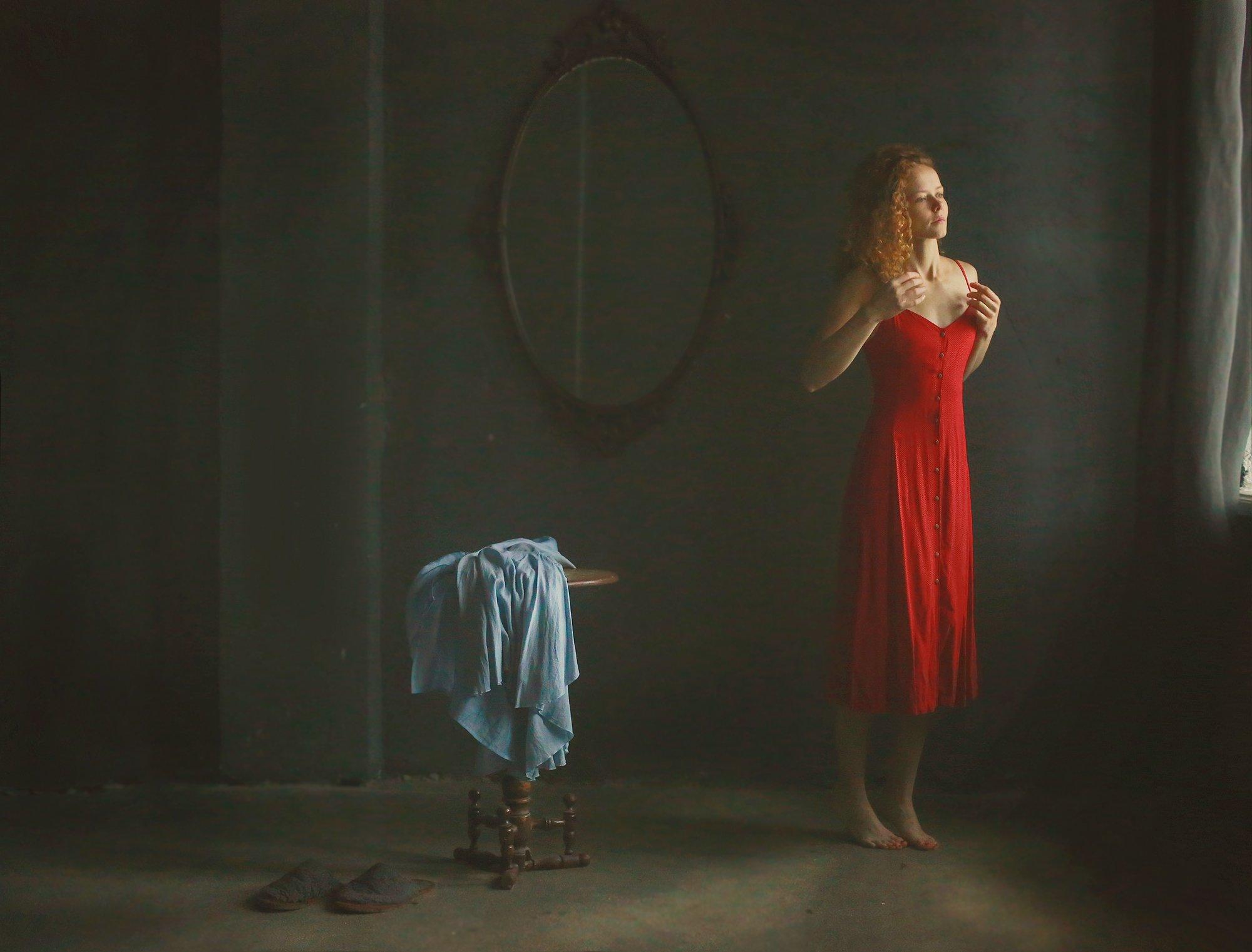 портрет, девушка, красивая, красота, модель, рыжая, кудрявая, волосы, шея, плечи, жанр, жанровый портрет, истории, чувственная, зеркало, платье, красный, Постонен Екатерина