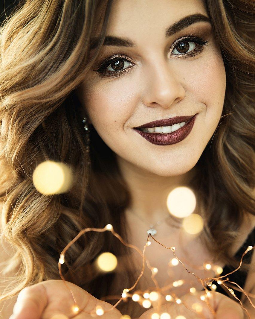 девушка, красивая, огоньки, новый год, рождество, улыбка, брюнетка, руки, Комарова Дарья