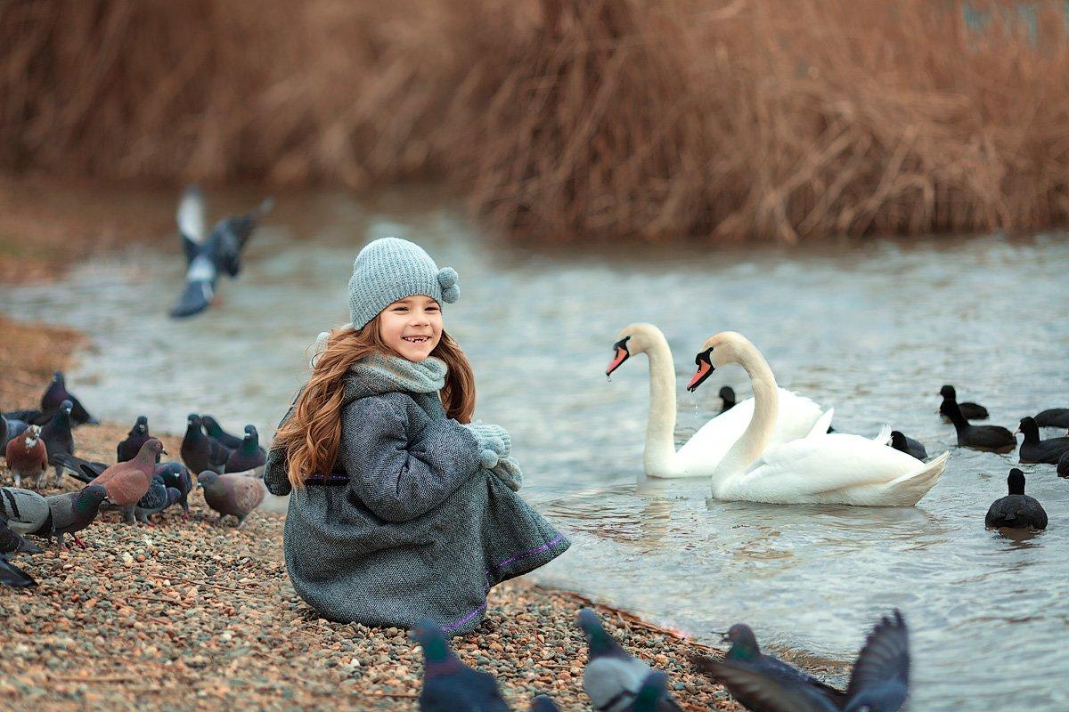 девочка,  детская и семейная фотосессия, детский и семейный фотограф, радость, восторг, счастье, фотосессия, детское фото, детский фотограф, детская фотосессия, лебеди, птицы, улыбка, Францева Ольга