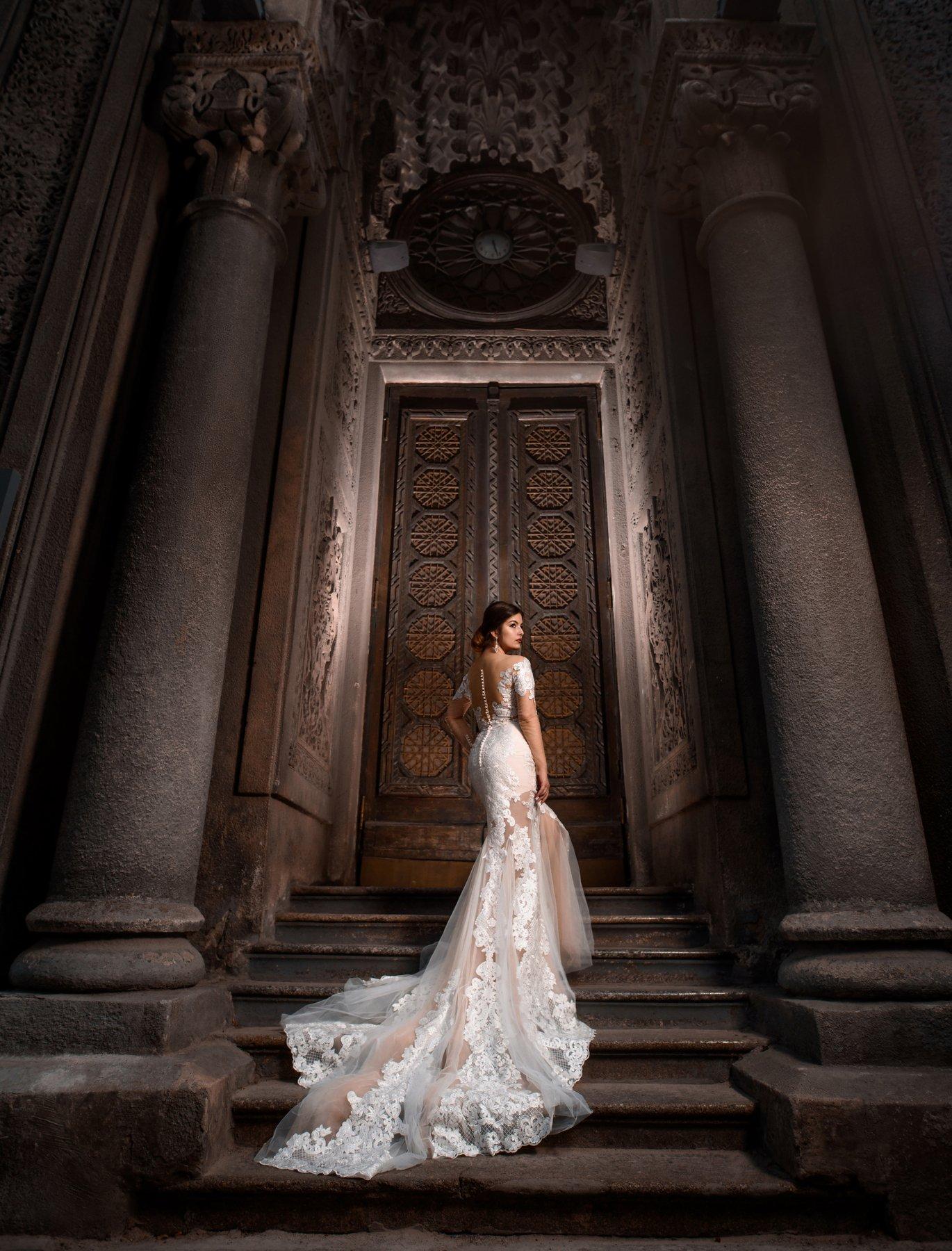 девушка, платье, архитектура, собор, свет, тень, шлейф, Александр Жосан