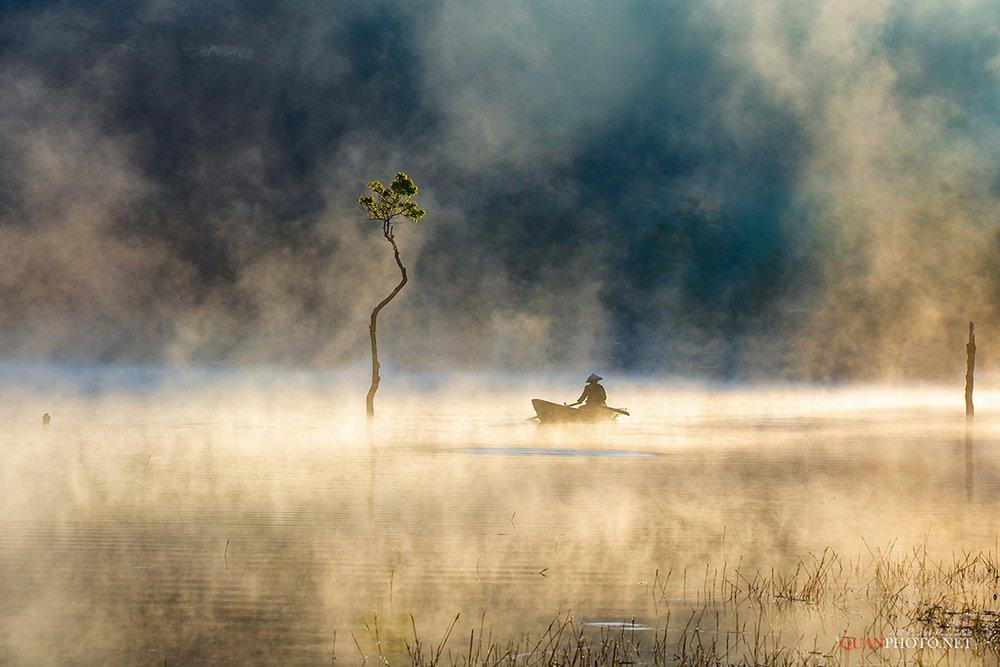 quanphoto, landscape, nature, morning, sunrise, dawn, fog, foggy, lake, reflections, boat, fishing, trees, dreaming, vietnam, quanphoto