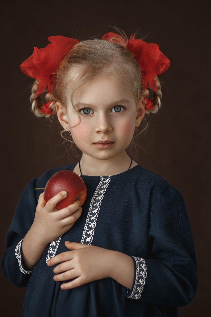 девочка, дети, красные банты, яблоко, портрет, детский портрет, Бочарникова Надежда