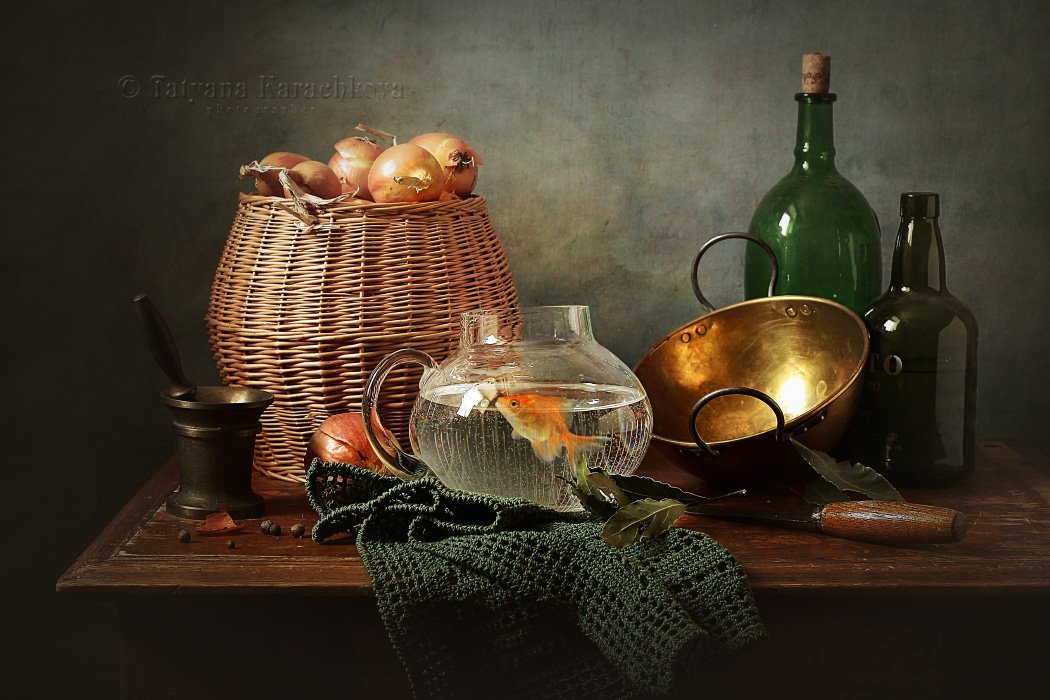 натюрморт, золотая рыбка, кухня, корзина, лук, бутылка, миска, кувшин, вода, Карачкова Татьяна