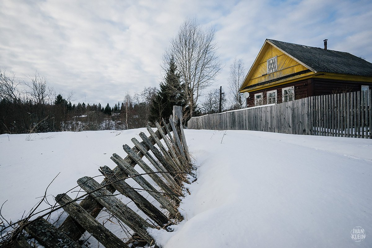 деревня, дом, фасад, снег, зима, солнце, мороз, изба, избушка, дорога, забор, Иван Клейн