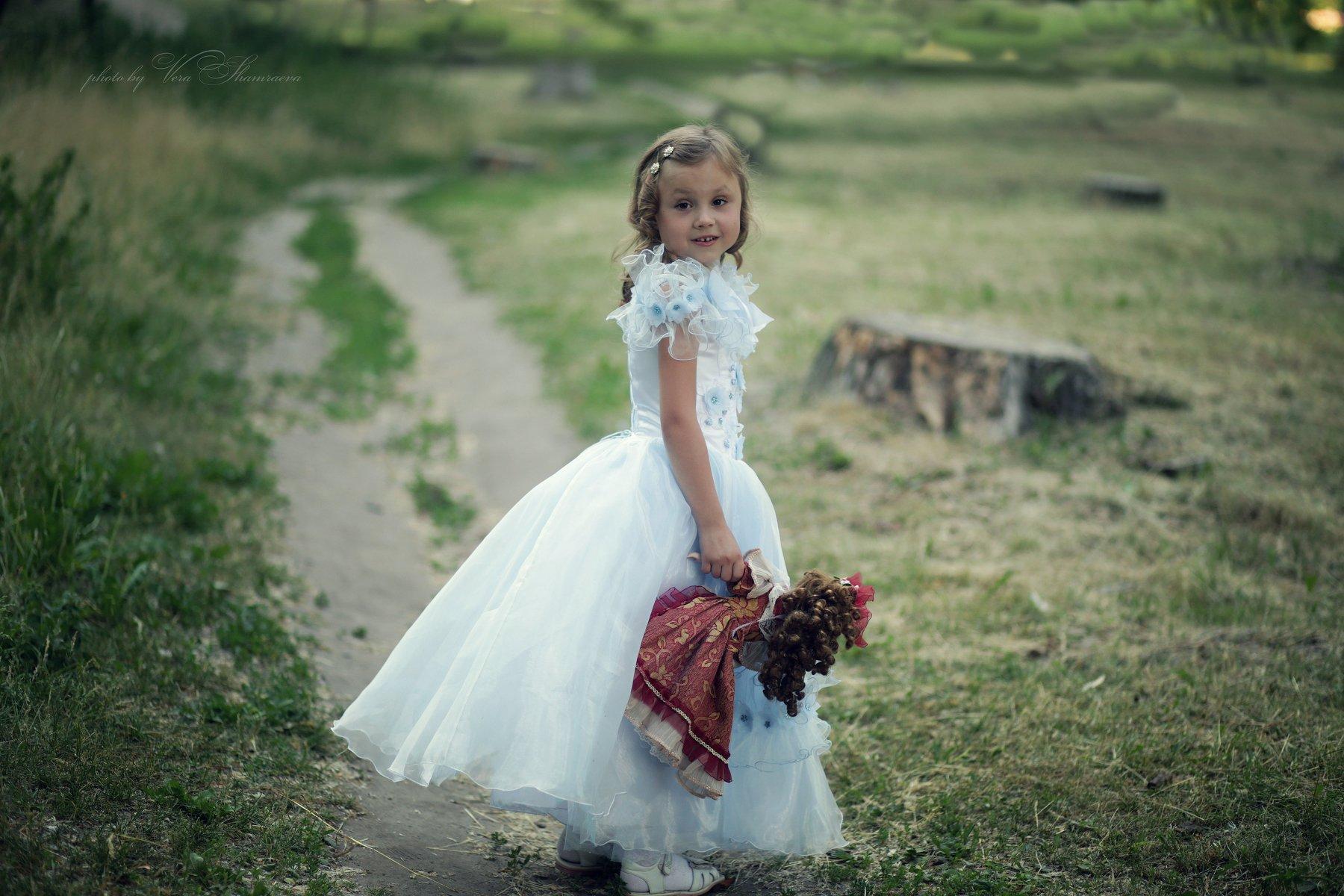 девочка с куклой лето улыбка ребенка фотограф вера шамраева, Вера Шамраева