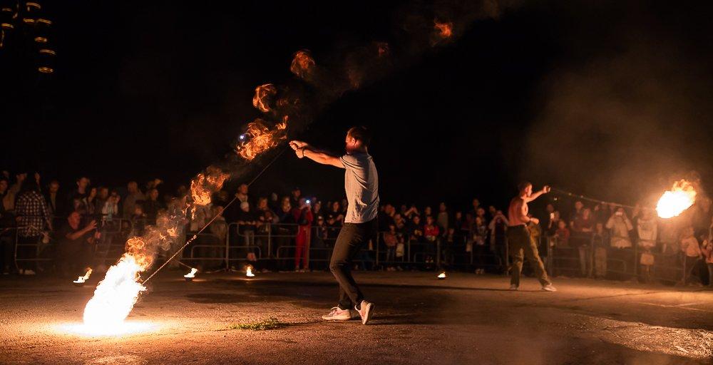 танцы с огнем, ночь, фаер-шоу, разновидность уличного перформанса, огненное шоу, фаерщики, танец с огнем,  Алексей