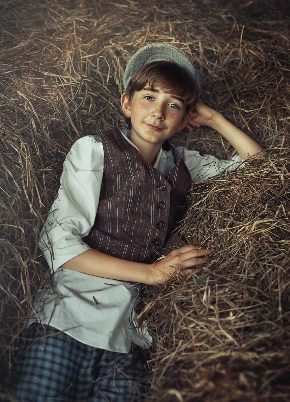 детство, детский портрет, лето, мальчик, настроение, сеновал, улыбка, взгляд, Прядко Наталья