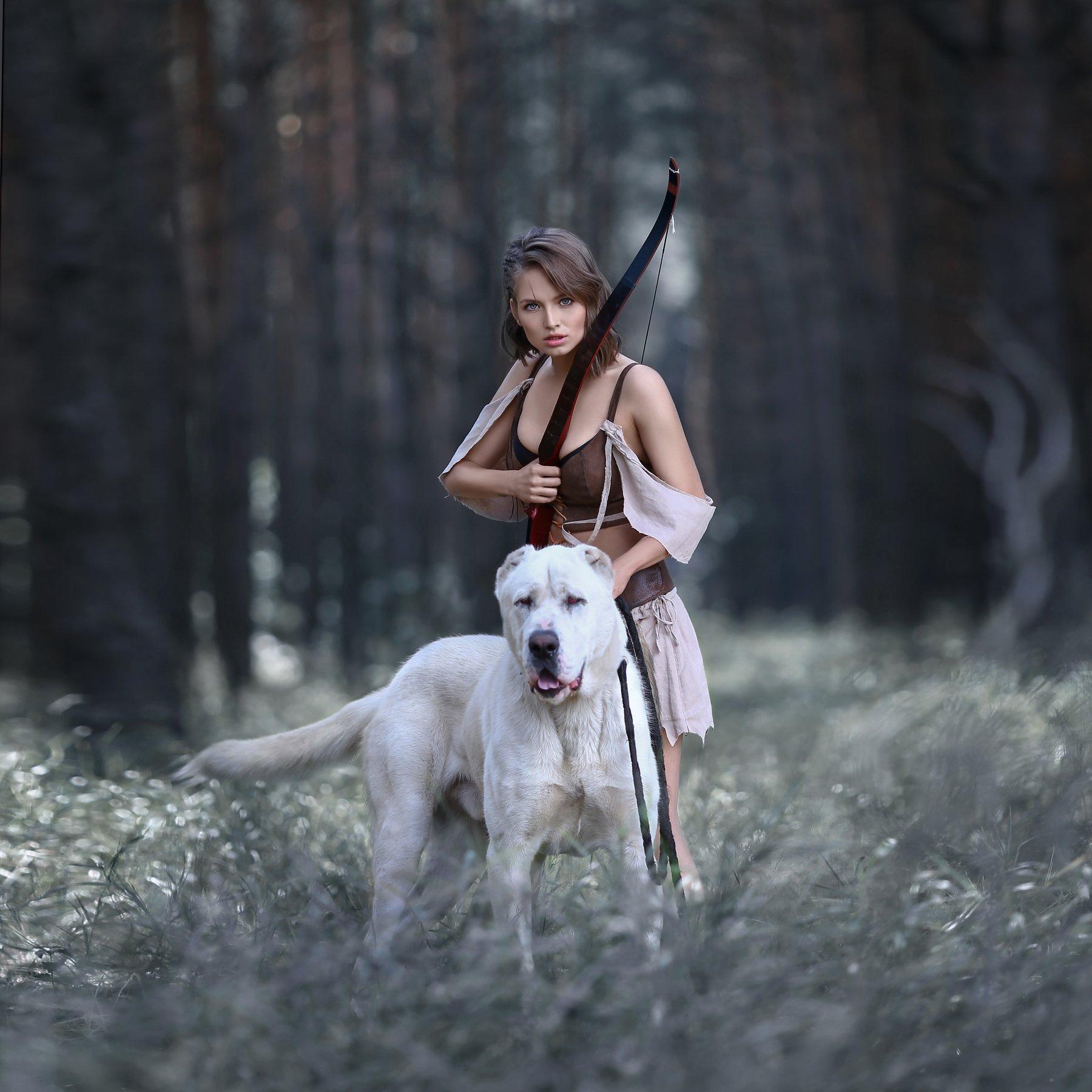 амазонка, алабай, белый алабай, лук, стрельба из лука, охотница, стреляет из лука, сосновый лес, Голубятникова Ирина