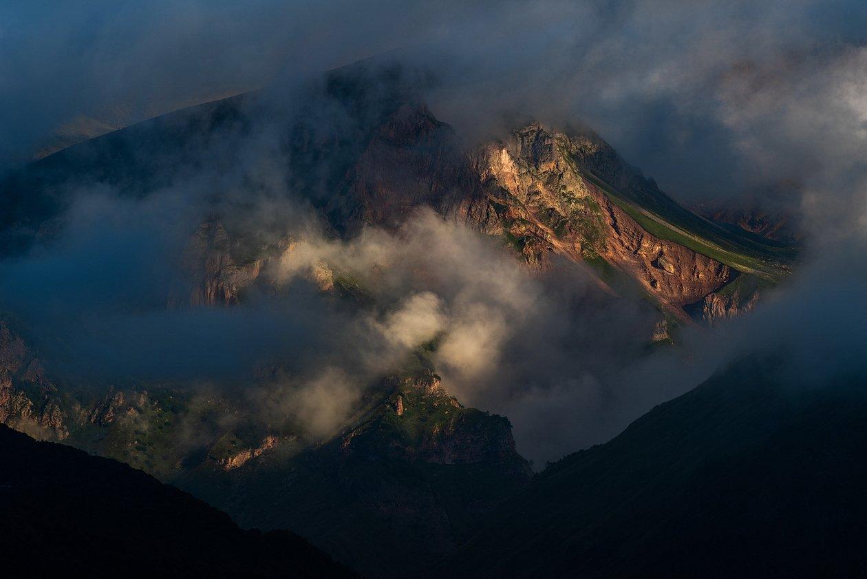 гора, рассвет, небо, плато, облака, утро, тучи, непогода, солнечный свет, луч, грузия, казбеги, АрсенАл