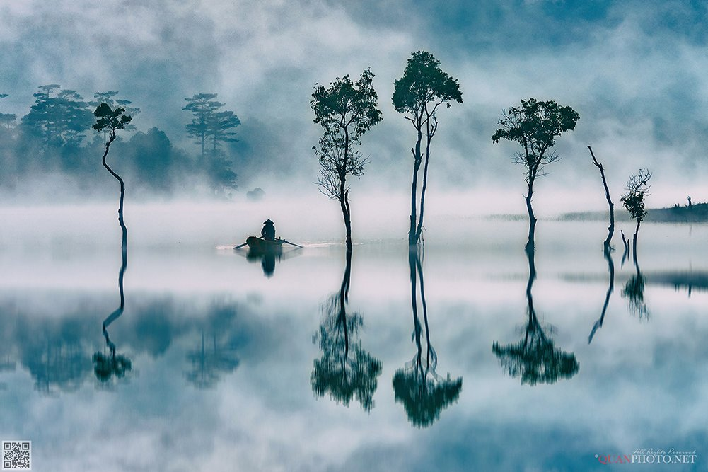 quanphoto, landscape, morning, dawn, lake, foggy, misty, reflections, boat, trees, vietnam, quanphoto