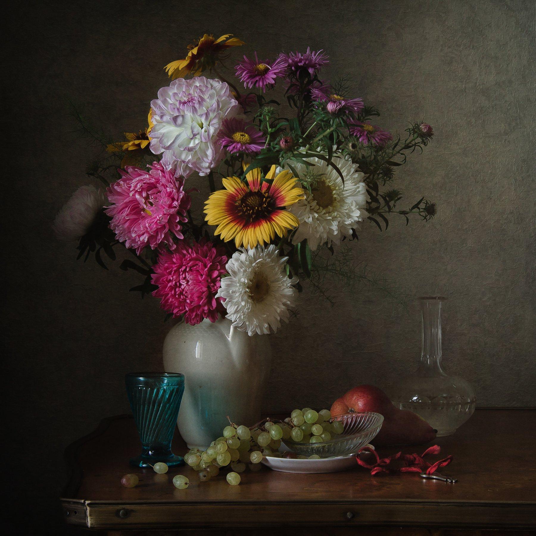 натюрморт, фарфор, стекло, цветы, виноград, груша, Анна Петина