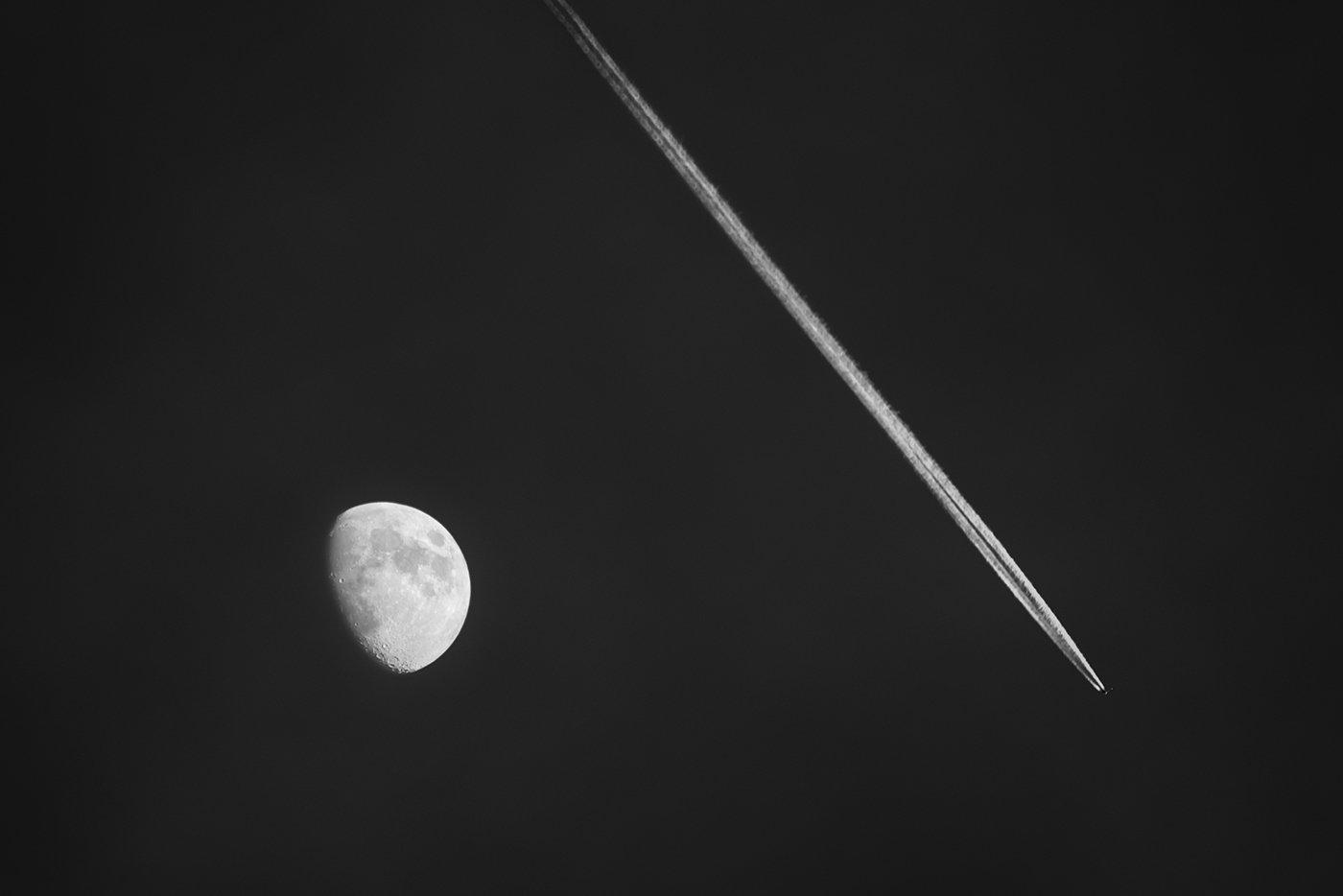 чб, черно-белое, луна, след, инверсионный, самолет, линия, круг, абстракция, геометрия, диаглналь, летит,, Антипов Дмитрий
