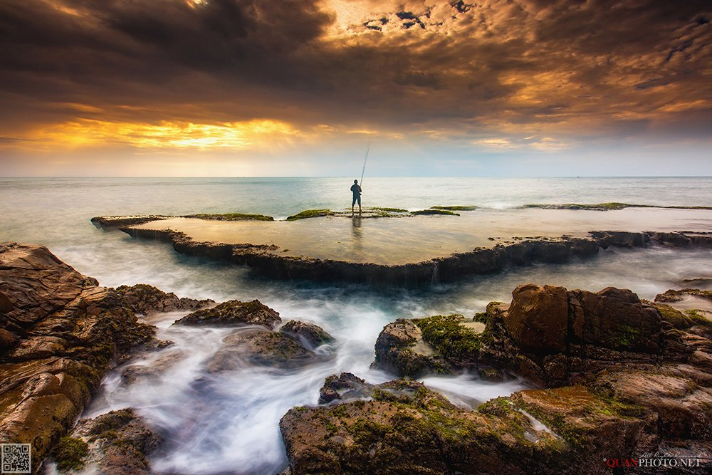 quanphoto, landscape, seascape, long_exposure, morning, sunrise, dawn, rocks, moss, fishing, fisherman, vietnam, quanphoto