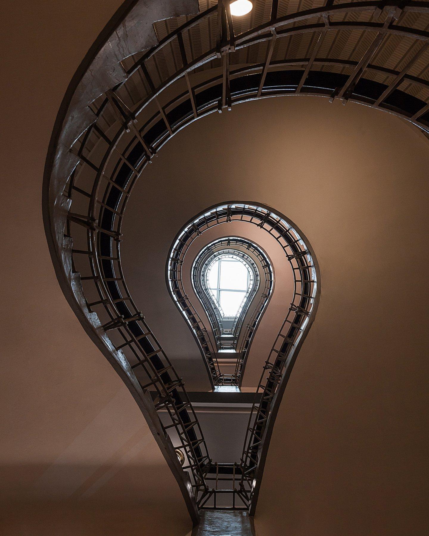 лестница, свет, архитектура, лампочка, парадные, паттерны, прага, Павлова Лилия