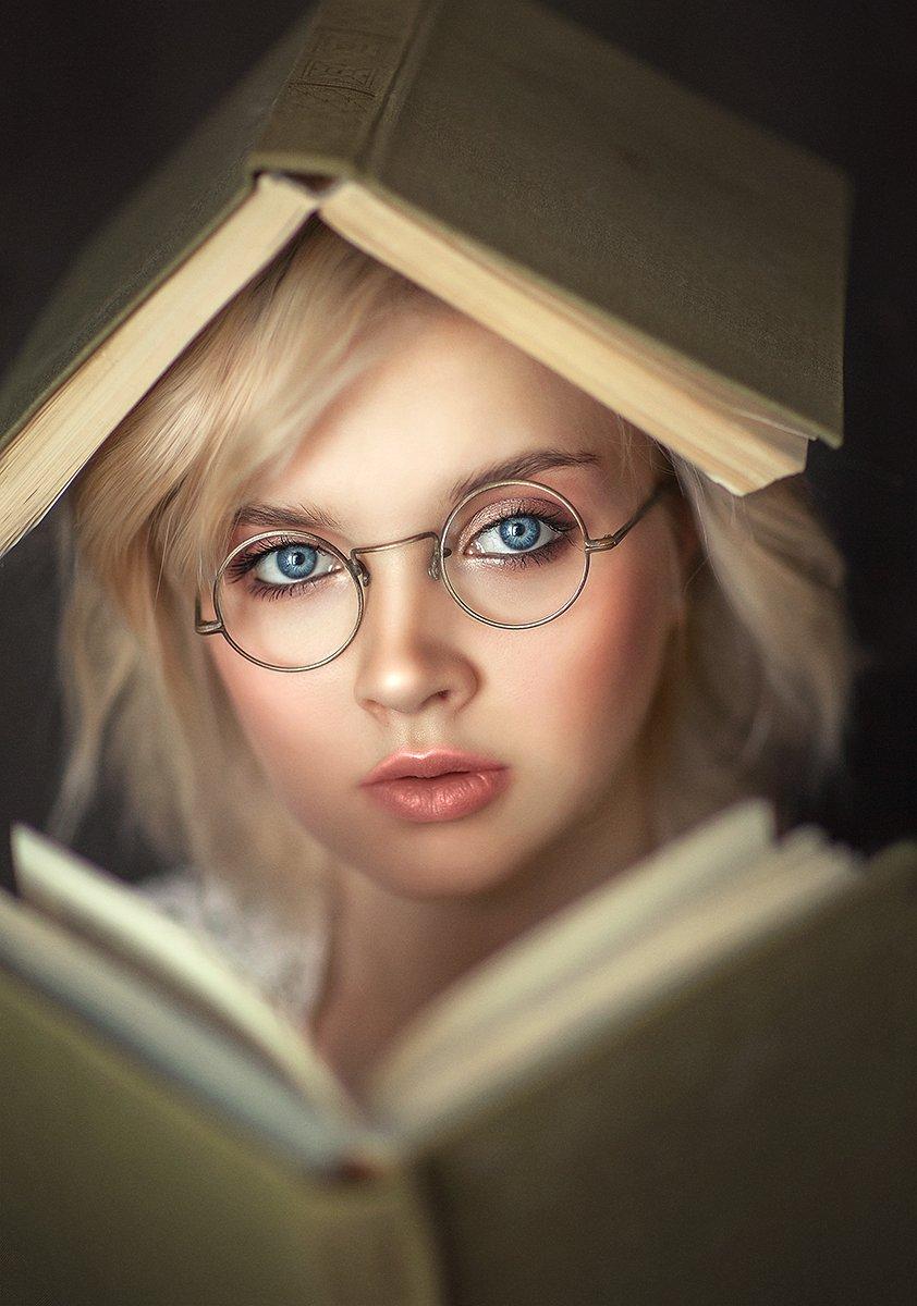 книги, портрет, женский портрет, большие глаза, голубые глаза, Саврицкая Настя