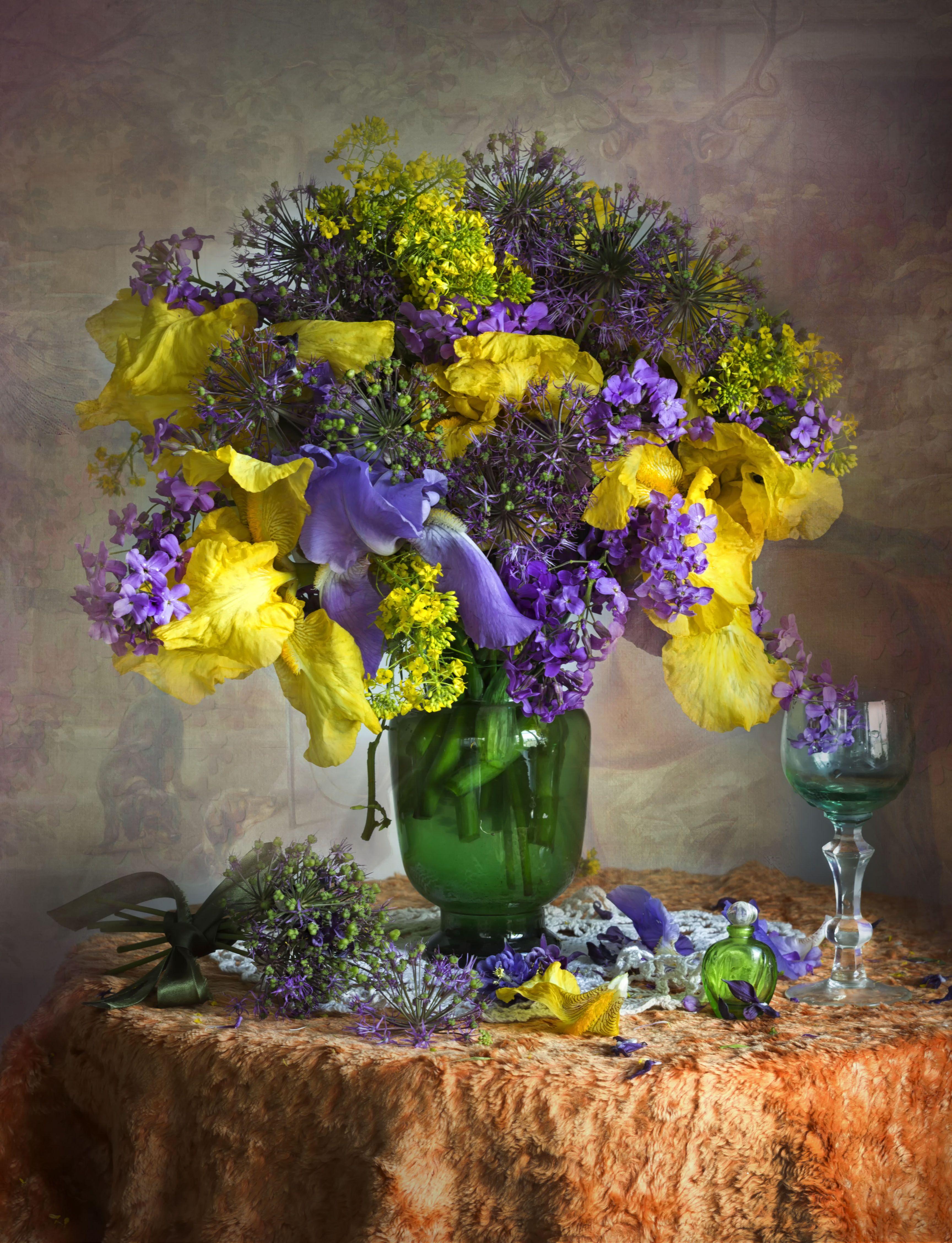 ирисы. букет цветов, рюмка, бархатная скатерть, зелёная стеклянная ваза, Зимина Лионелла