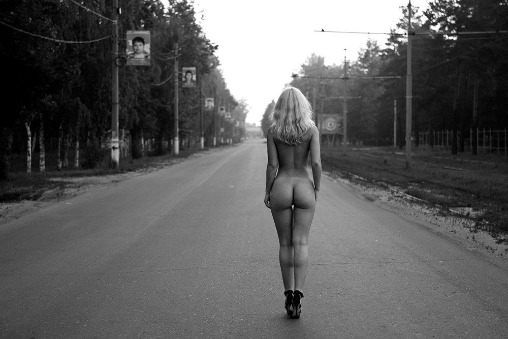 потом видео голая девушка ночью на дороге девчонки