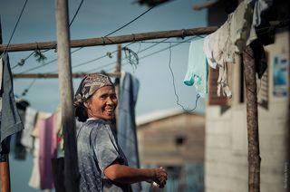 Женщина развешивает белье, все тамже, недалеко от сушительных плантаций. Тут целое гетто.