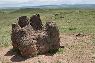 Прямо из земли выросла своеобразная окаменевшая кисть руки, на которой можно увидеть черточки и линии, как у живого человека. Эта рука просит счастья, удачи и благополучия у отца всего сущего — Вечного синего неба. «Табан хурган» символизирует связь между небом и землей. О возникновении этого памятника природы говорится в нескольких легендах. Одна из них гласит, что монгольское племя меркитов поклонялось Вечному синему небу в Тугнуйской долине, возле современного села Галтай. Во времена Чингисхана этот народ был оттеснен со своей родины. Тем не менее через несколько лет людям удалось вернуться на родную землю, где они продолжили поклоняться своим божествам. Тогда синее небо ниспослало в дар древнемонгольскому роду необычный символ их веры — «Табан хурган».