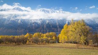 Один единственный денек выдался погожим... зато какой...Облачко, зацепившееся за гору Алтын-Ту, низенькие яблони, золотая листва деревьев, синее небо и теплый свет - все это очень здорово сочетается вместе