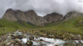 Статус самого большого водопада в Средней Азии носит наш Казахстанский водопад Бурхан Булак. Он достигает в высоту 112 метров. Однако по сравнению с этим исполином (высота примерно от 300 до 400 метров), название которого мы так и не узнали у местных жителей, наш Казахский водопад превращается в небольшой ручеек. Водопад (по Киргизский шаар) виден с дистанции 30 километров.