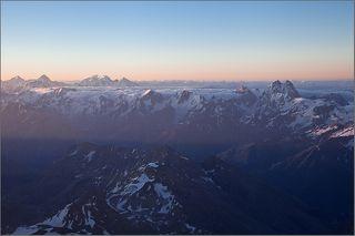 Первый солнечный свет на Главном Кавказском Хребте с высоты 5100 метров.