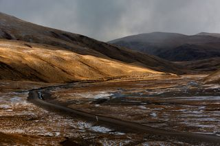 Мобильной связи, машины на дороге не встречались, а  горах сыпал снег, крепчал мороз, мрак окутывал...