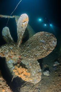 Винты затонувшей подводной лодки. Съемка подо льдом.