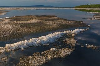 Когда льдины сталкиваются друг с другом, они образуют на своих поверхностях небольшие сугробчики, состоящие из крупных кристаллов льда
