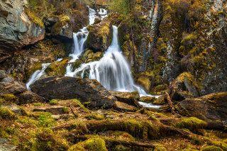 водяной разлегся посреди водопада