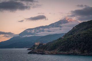 Гора Афон на закате. На переднем плане один из двадцати монастырей - греческий монастырь Ставроникита