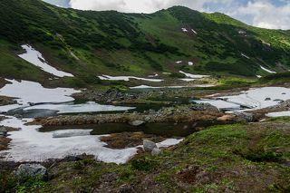 До середины июля озера скрыты под снегом.