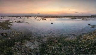 на горизонте за облаками остров Бали...