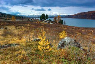 Здесь и далее виды на озеро и горы осенью 2016 года.