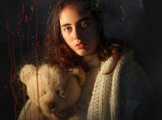 ... Никогда не позволяйте Вашим ушам поверить в то, чего не видели Ваши глаза ...  Фото сделано в рамках урока фотошколы Модель: ученица ШТР \