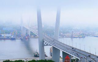 Мост Золотой Владивостока в июльском тумане