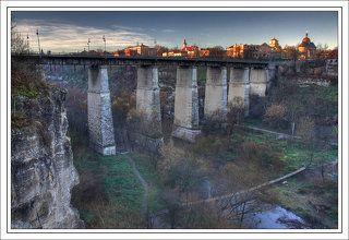 Каменец-Подольский, мост через Смотрицкий каньон, соединяющий новый и старй город. Внизу - р. Смотрыч. Ноябрь.
