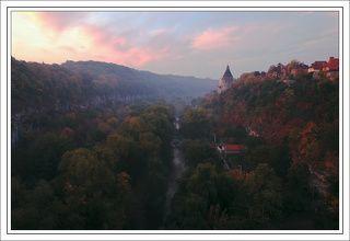 Вид с моста на Смотрицкий каньон и одну из башен городской системы укреплений. Октябрь.