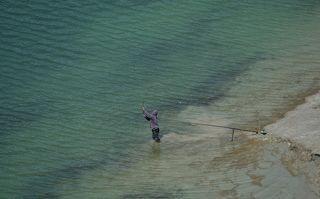 Этот рыбак закинул снасть в надежде  поймать доисторическую гигантскую щуку;)