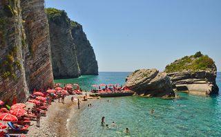 Пляж на о. Св. Николы. Остров Святого Николы является наибольшим островом в южной части Адриатического моря. Его длина почти 2 км, площадь - 47 Га.