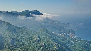 Побережье Будванской ривьеры. Справа у побережья о. Свети-Стефан. Весь остров представляет собой одну шикарную гостиницу «Свети-Стефан».