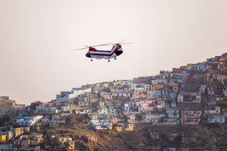 Вoeing Vertol 107 американской логистической компании Columbia Helicopters Incorporated в небе над Кабулом