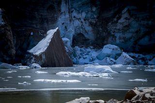 Ледник и моренное озеро в верховьях реки Кумбель