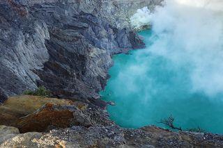 Это жерло вулкана Иджен и в этом жерле кислотное озеро!