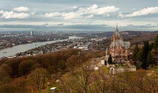 Замок - Драхенбург. Река - Рейн. Внизу под замком - городок Кёнигсвинтер. На среднем плане, на левом берегу (с алюминиевой \
