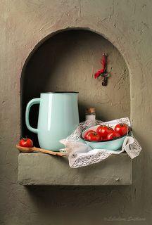 Кухонный натюрморт с кувшином и помидорами в миске