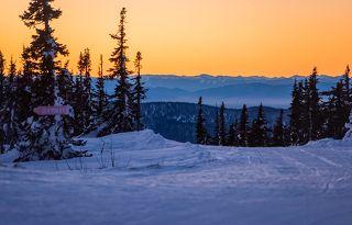 02 Утренние сумерки тут частенько красочны и живописны ... Безлюдные склоны и сочные краски неба просто ждут первого зрителя ...