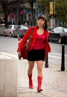 В городе этом девушки одевают красную одежду