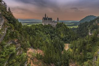 «Новый лебединый камень (утёс)») — романтический замок баварского короля Людвига II около городка Фюссен и замка Хоэншвангау в юго-западной Баварии.Вид с моста Мариенбрюкке.